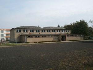 Gingst, Insel Rügen. Sporthalle mit einem Dach aus zwei doppelt gekrümmten Buckelschalen.